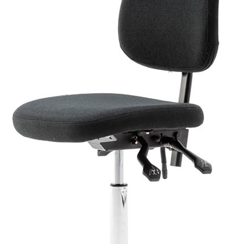 Bei dem RMF Arbeitsdrehstuhl lässt sich die Sitzhöhe und die Sitzneigung problemlos verstellen.