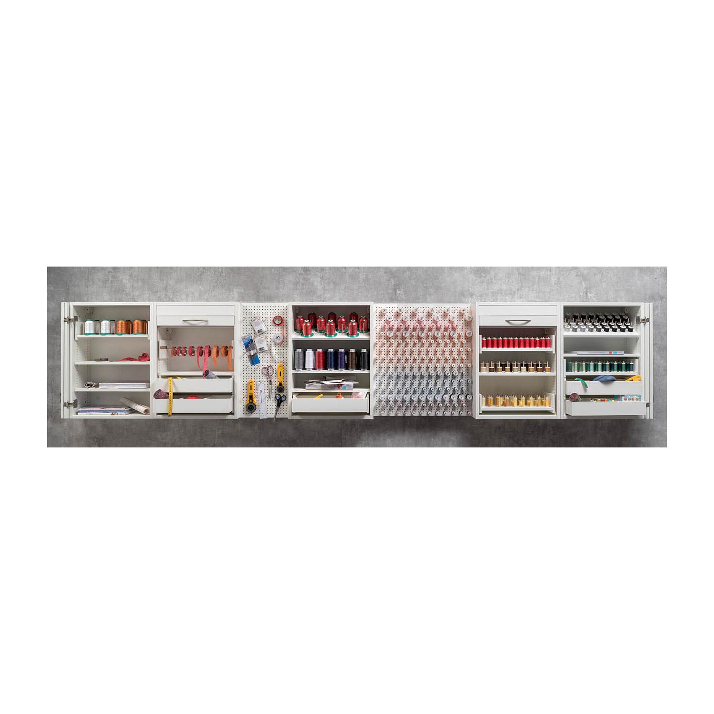 Nähzubehör wie Rollschneider, Scheren, Maßband und Garne lassen sich griffbereit an den Pin-Boards aufbewahren.