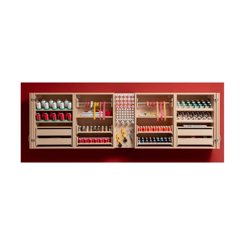 Die Regalkombination America mit einem Pin-Board und den verschiedenen Hängeregalen in Buche Style Natur.