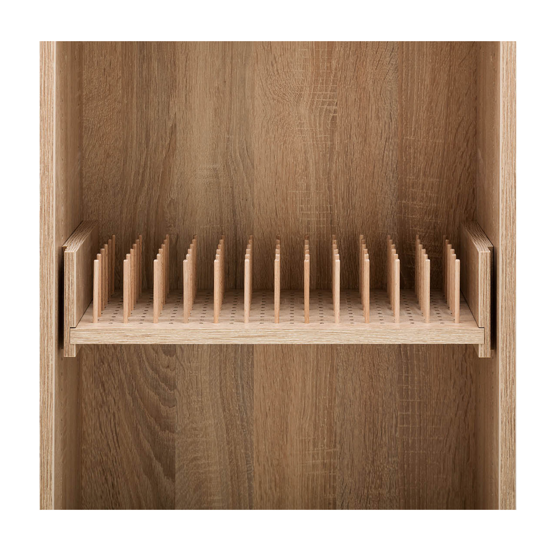 Auf dem praktischen Auszugsboden mit Garnrollterhalter kann man Näh- und Stickgarne übersichtlich aufbewahren.