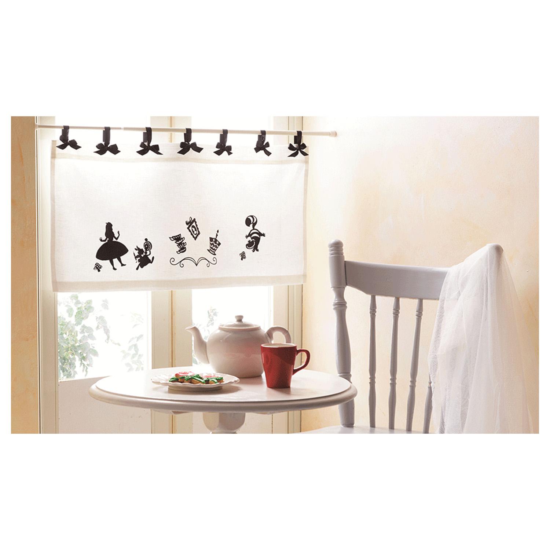 Auch einfache Vorhänge werden mit den Alice im Wunderland Motiven gestaltet.