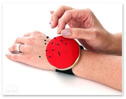 Bohin Nadelkissen mit Schnappverschluss Rot am Handgelenk